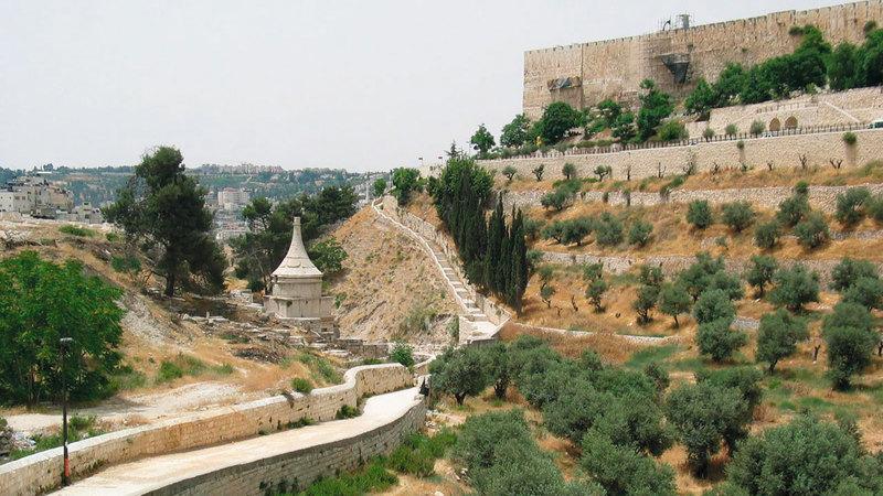 إسرائيل أقامت المقبرة على جبل الزيتون الذي يضم معالم تاريخية ويطل مباشرة على المسجد الأقصى ومدينة القدس. من المصدر