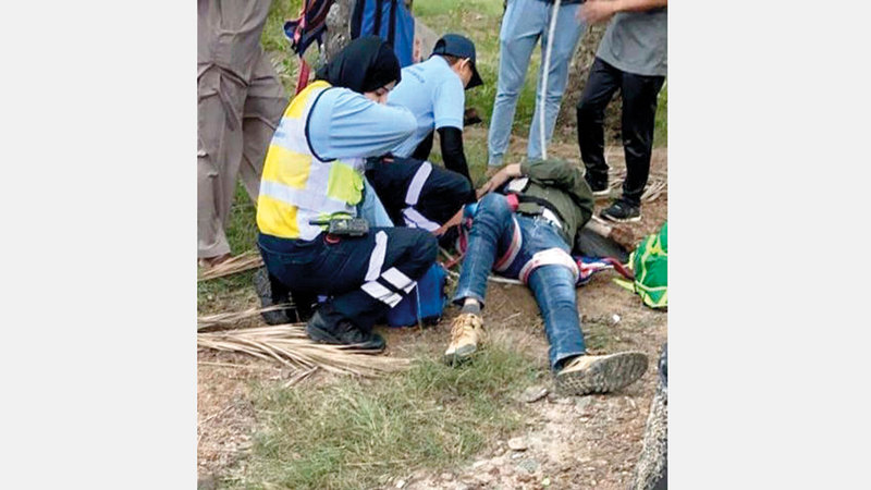 دوريات الشرطة والإسعاف الوطني في موقع الحادث لنقل المصابين. من المصدر