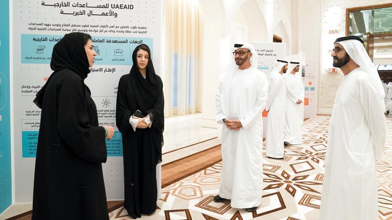 محمد بن راشد ومحمد بن زايد يستمعان لشرح عن برنامج خبراء الإمارات وأهدافه.  من المصدر