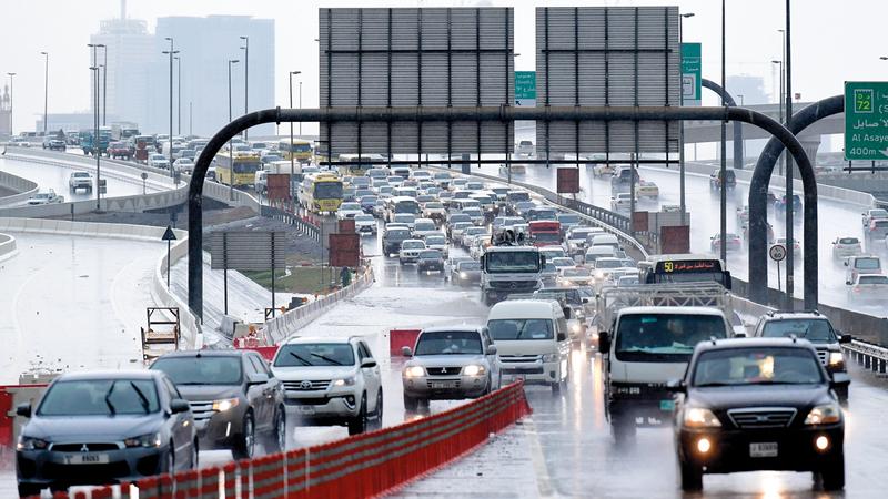 الأمطار أدت إلى توقف حركة المرور في العديد من الطرق الداخلية والرئيسة. تصوير: باترك كاستيلو