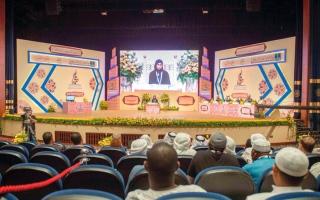 الصورة: تكريم الفائزات بالمراكز الـ 10 في ختام مسابقة  الشيخة فاطمة الدولية للقرآن الكريم