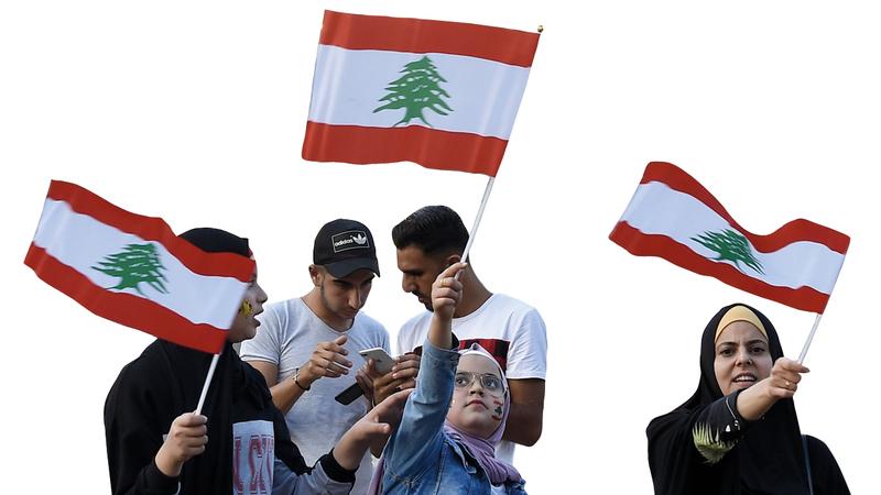 متظاهرون في ميدان النور بطرابلس شمال لبنان. إي.بي.إيه
