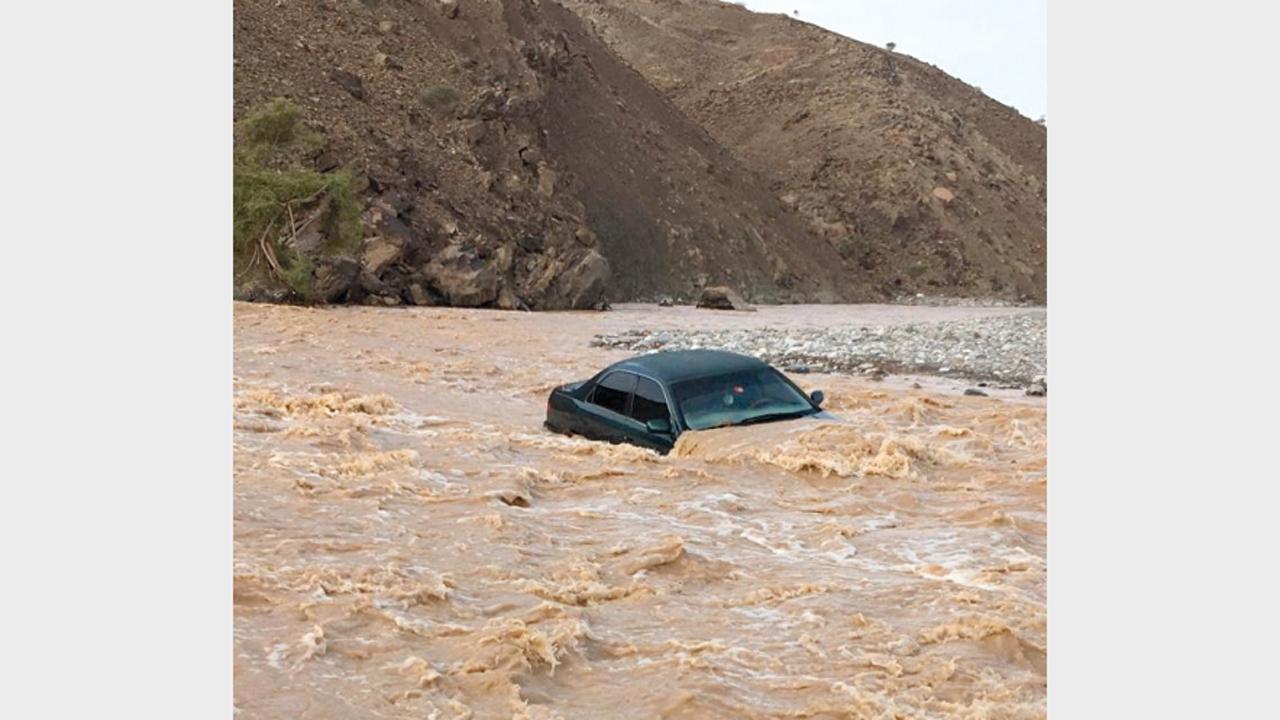 الأمطار الغزيرة تسبّبت في جريان الأودية.الإمارات اليوم