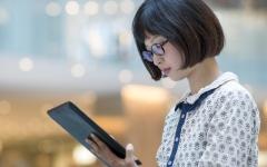 الصورة: شركات يابانية تحظر على موظفاتها وضع النظارات خلال العمل