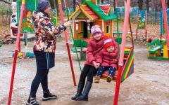 الصورة: متقاعد روسي يشيد متنزهاً للأطفال من مواد أُعيد تدويرها