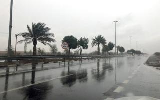 الصورة: «الطوارئ والأزمات» تحذّر من استخدام الهواتف أثناء التقلبات الجوية