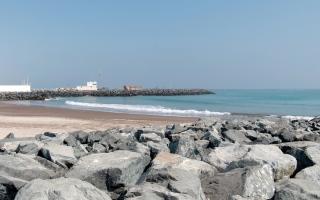 الصورة: مطالب بتطوير كواسر الأمواج  بالساحل الشرقي لحماية الممتلكات