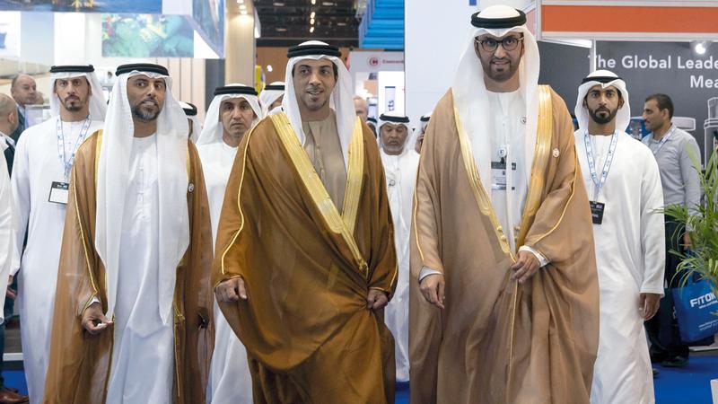 منصور بن زايد قام بجولة على أجنحة الدول والشركات العارضة. وام