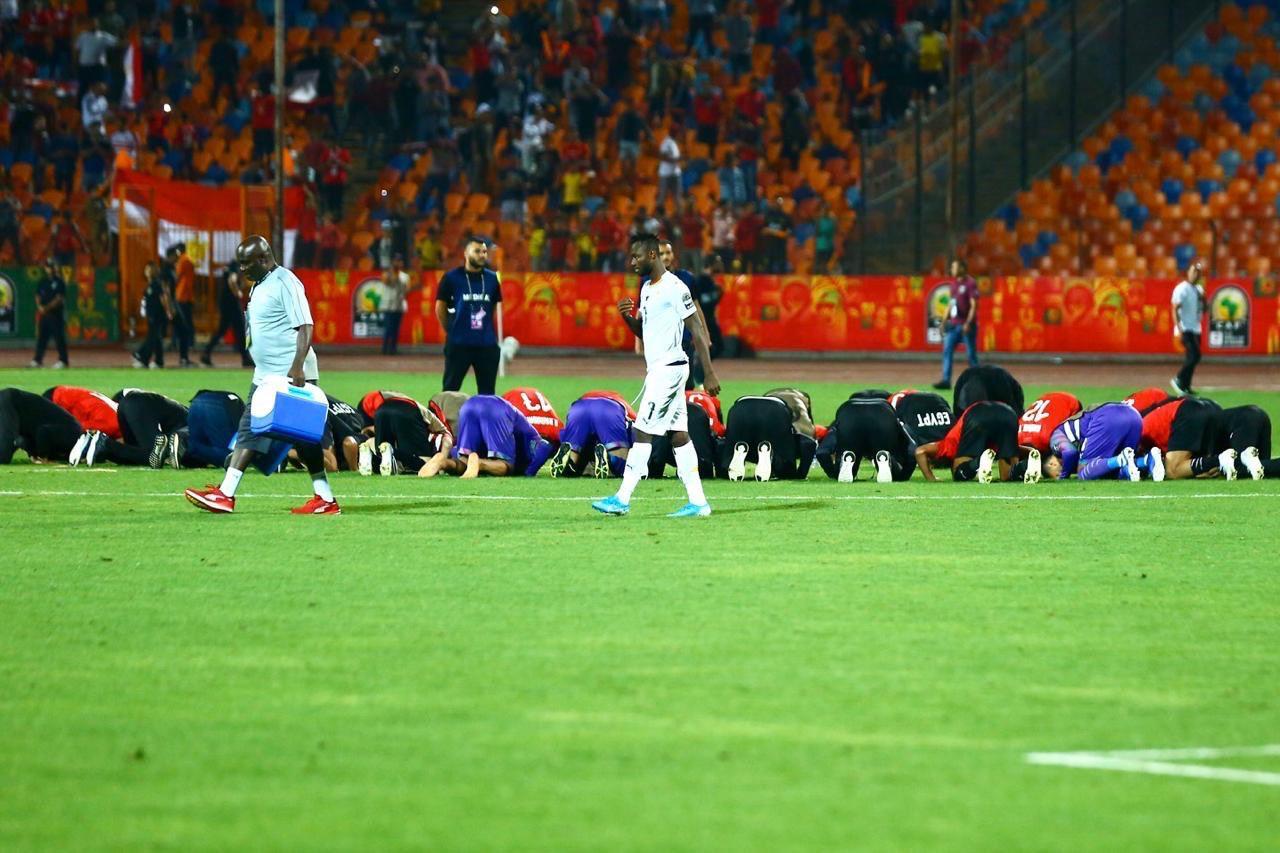 المنتخب المصري يسجد بعد الفوز