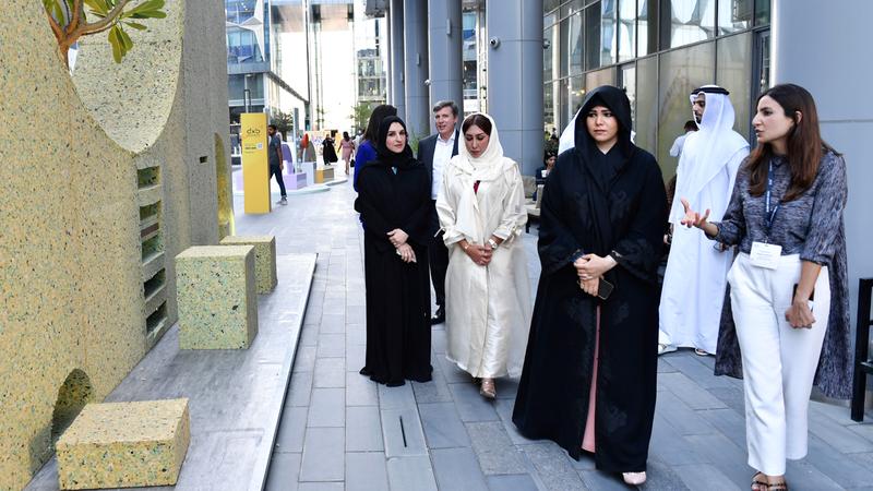 لطيفة بنت محمد خلال جولتها في أروقة وأجنحة «أسبوع دبي للتصميم». من المصدر