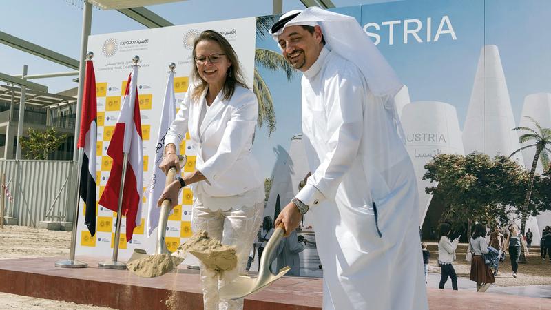 بياتريكس كارل ونجيب محمد العلي خلال وضع حجر الأساس. من المصدر