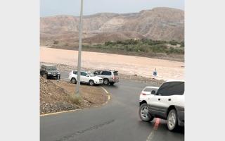 الصورة: سكان في المنطقة الشرقيــة يطالبـون بسدٍّ يحجز مياه الأمطار