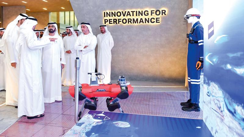محمد بن راشد توقّف عند عدد من منصات الدول والشركات المشاركة في المعرض. وام
