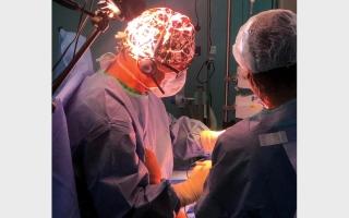 الصورة: بث مباشر لعملية جراحية نادرة عبر العالم من دبي