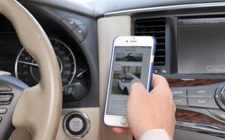 الصورة: 243 مخالفة استخدام هاتف أثناء القيادة يومياً