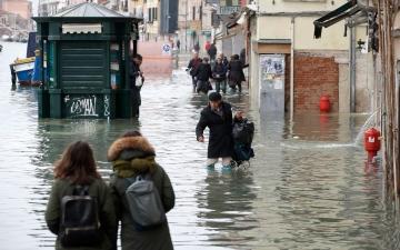 الصورة: بالصور: فينيسيا الجميلة يسكنها الخراب.. وأهلها مشردون