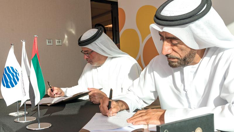 الهاشمي (يمين) وبن حاضر خلال توقيع الاتفاقية. من المصدر