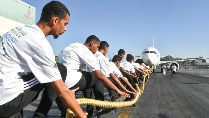 الطلبة أبدوا حماساً كبيراً خلال إنجاز مهمة سحب الطائرة.  تصوير: مصطفى قاسمي