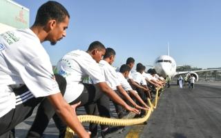 الصورة: 30 طالباً يسحبون طائرة في «تحدي اللياقة»