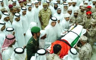 الصورة: سعود بن صقر يؤدي صلاة الجنازة على جثمان الشهيد طارق البلوشي
