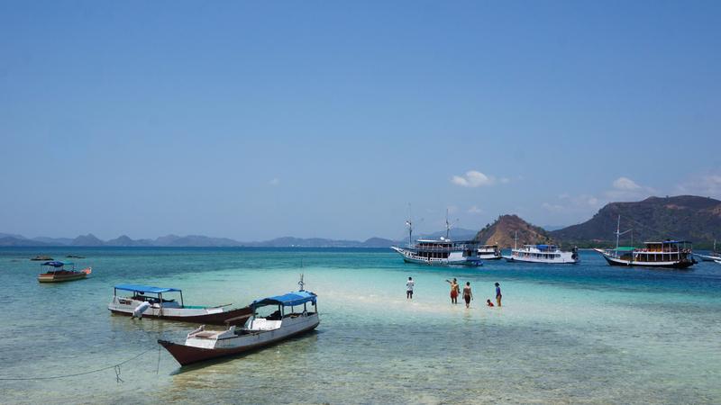 في جزيرة كناوا تزهو مياه البحر بدرجات اللون الأزرق البديعة.  د.ب.أ
