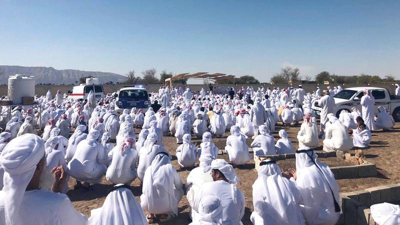 مئات من أهالي مدينة العين شاركوا في تشييع جثمان الساعدي. الإمارات اليوم