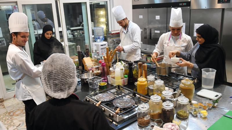 «المبادرة» تتيح للزوار والضيوف فرصة التعرّف إلى تجربة الطهي الإماراتي وتجهيز الأطباق المحلية بأنفسهم. تصوير: مصطفى قاسمي