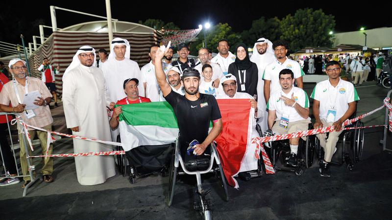 القايد يحتفل بذهبية العالم في سباق 800 متر للكراسي المتحركة. من المصدر