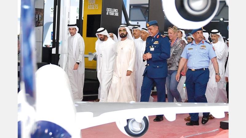 محمد بن راشد خلال جولة تفقدية لسير العمل والاستعدادات الجارية لاستقبال «معرض دبي الدولي للطيران 2019». وام