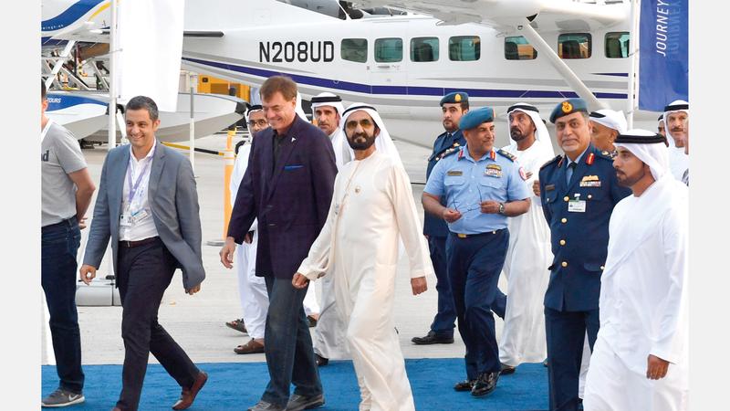 محمد بن راشد خلال زيارته موقع «معرض دبي للطيران 2019». وام