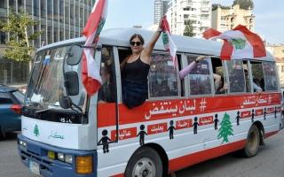 الصورة: متظاهرو لبنان يقطعون طرقاً عدة ويتمسكون بحكومة إنقاذ