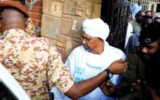 الصورة: مؤيدو «البشير» يتظاهرون في السودان.. و«حمدوك» يدعو إلى حوار مجتمعي