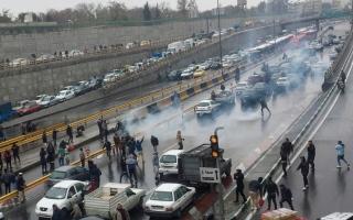 الصورة: سقوط قتيل باحتجاجات على زيادة أسعار الوقود في إيران