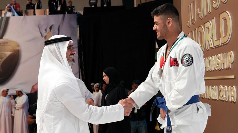 خالد بن محمد بن زايد توّج الأبطال في اليوم الأول من كأس العالم. وام