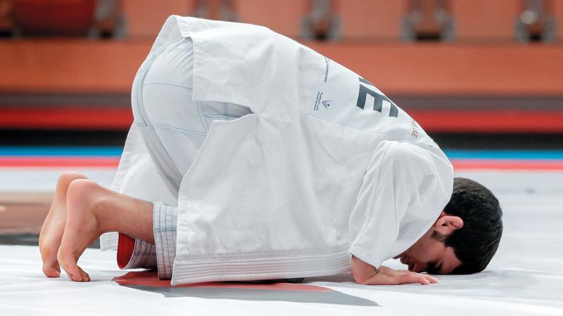 عمر الفضلي يؤدي سجدة الشكر بعد الفوز بذهبية وزن 62 كغم في مونديال الجوجيتسو. من المصدر