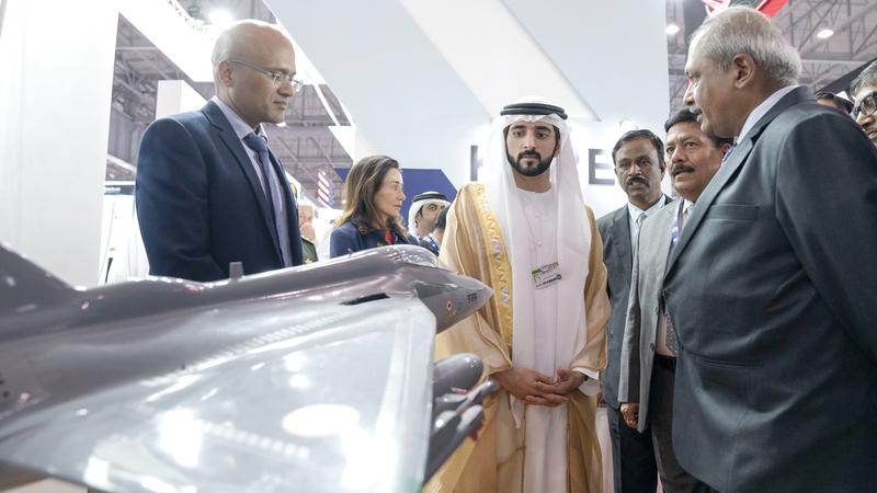 حمدان بن محمد خلال جولته في المعرض. وام