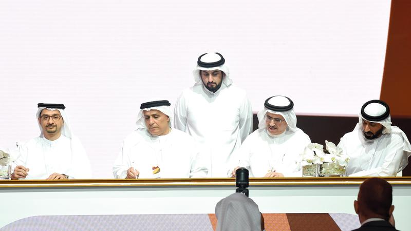أحمد بن محمد يشهد توقيع مذكرات التفاهم بين الجائزة وبعض الشركات الوطنية. تصوير: أسامة أبوغانم