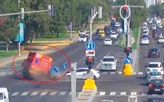 الصورة: «عدم الانتباه» يوقع سائقين في حوادث قاتلة على تقاطعات أبوظبي