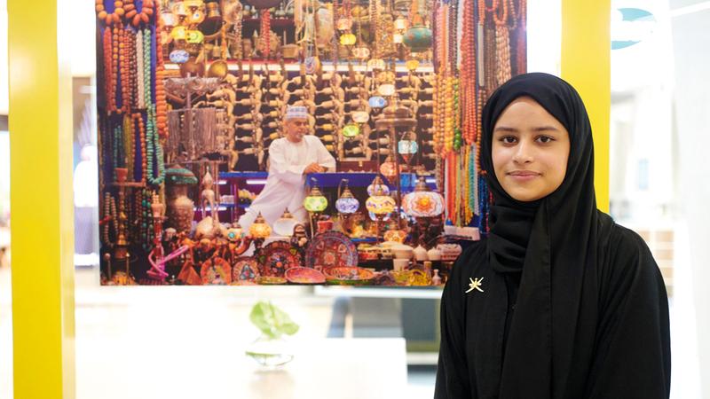 وفاء عبدالمجيد: «صورتي تبرز هوية التاجر، وكيف يحدث التبادل التجاري، وكل ما فيها يحمل ميزات أهل المنطقة وتراثهم».