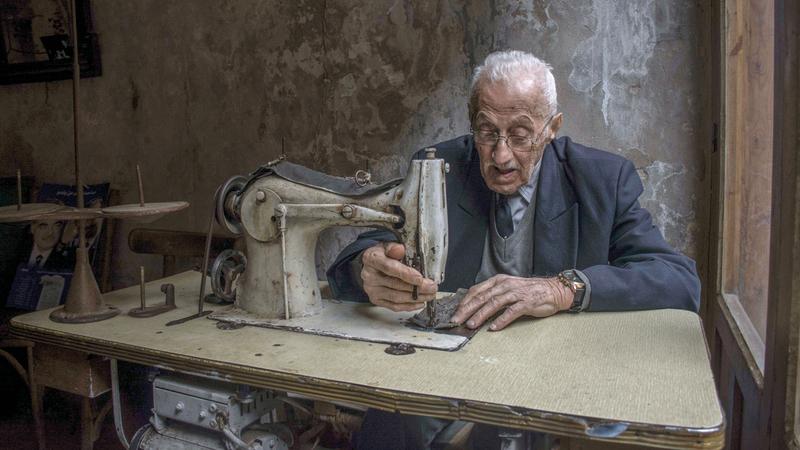 «العم حسن خيّاط مارس مهنته لمدة 40 عاماً، وفي الفترة الأخيرة من حياته لم يتمكن من الخياطة، لعدم قدرته على الرؤية بسبب مشكلات في عينيه».