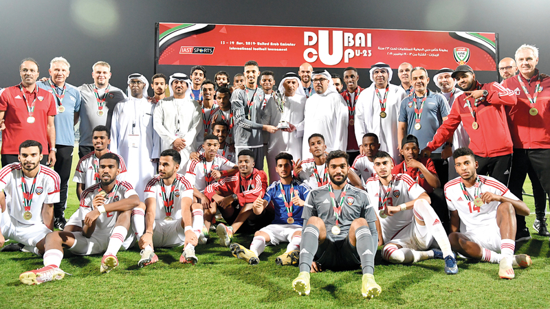 المنتخب الأولمبي يحتفل بلقب البطولة الدولية. تصوير: أسامة أبوغانم