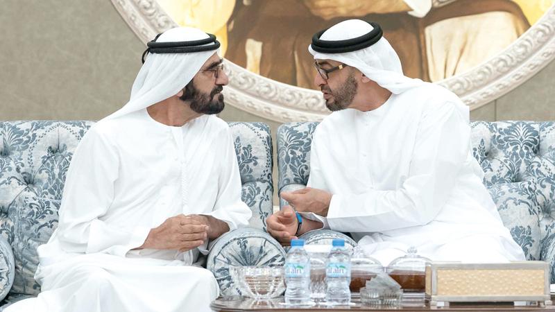 محمد بن راشد يقدّم واجب العزاء إلى محمد بن زايد في وفاة سلطان بن زايد.  وام