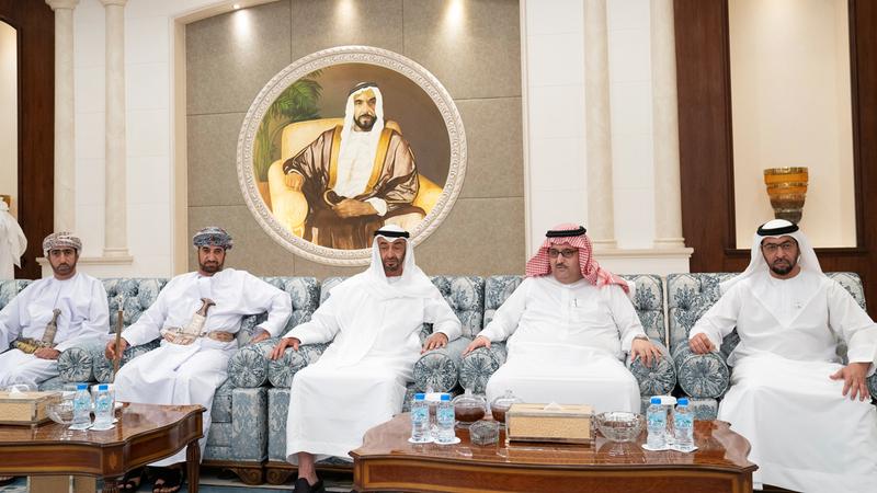 محمد بن زايد متقبلاً التعازي في الفقيد من عبدالعزيز بن أحمد آل سعود وخالد بن هلال البوسعيدي.  وام