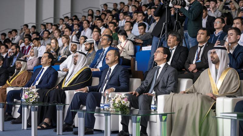 القرقاوي ورئيس وزراء أوزبكستان خلال إطلاق المبادرة بحضور العلماء. من المصدر