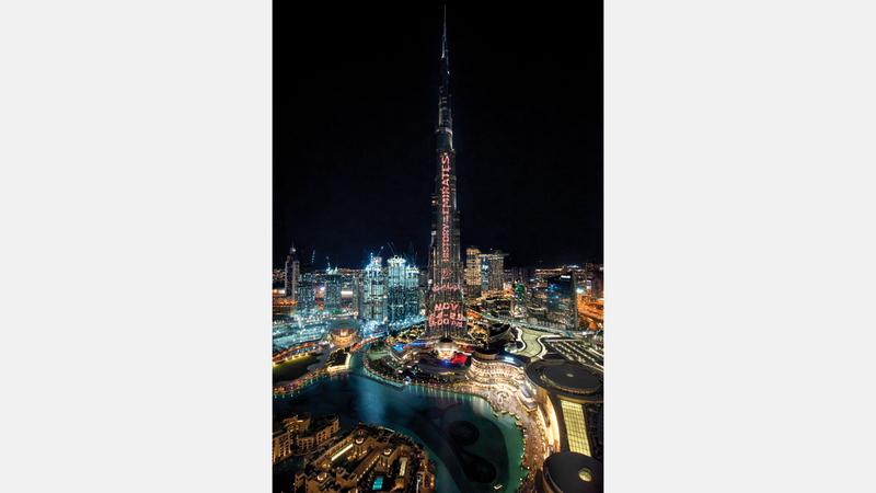 سلسلة من المشاهد المتحركة التي تحاكي الماضي العريق تزيّنت بها واجهة برج خليفة. من المصدر