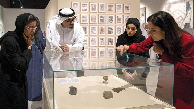 خالد بن محمد بن زايد تعرّف إلى الأعمال الفنية المتميزة في المعرض. وام