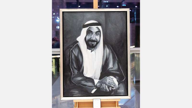 لوحة بالأبيض والأسود للمغفور له الشيخ زايد تصدّرت المعرض.  تصوير: أحمد عرديتي