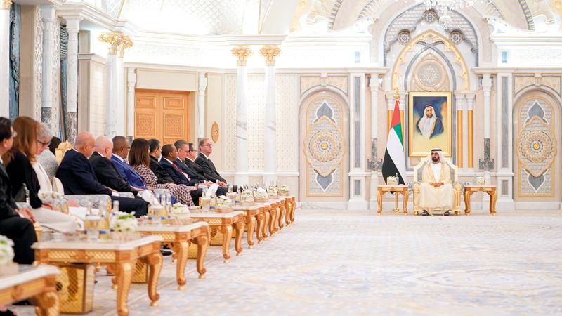 محمد بن راشد خلال لقائه عدداً من سفراء الدول الشقيقة والصديقة المعينين لدى الدولة. وام