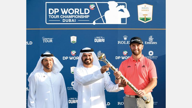 المعلم يسلم صولجان بطولة «موانئ دبي العالمية» للبطل الإسباني جون رام. من المصدر