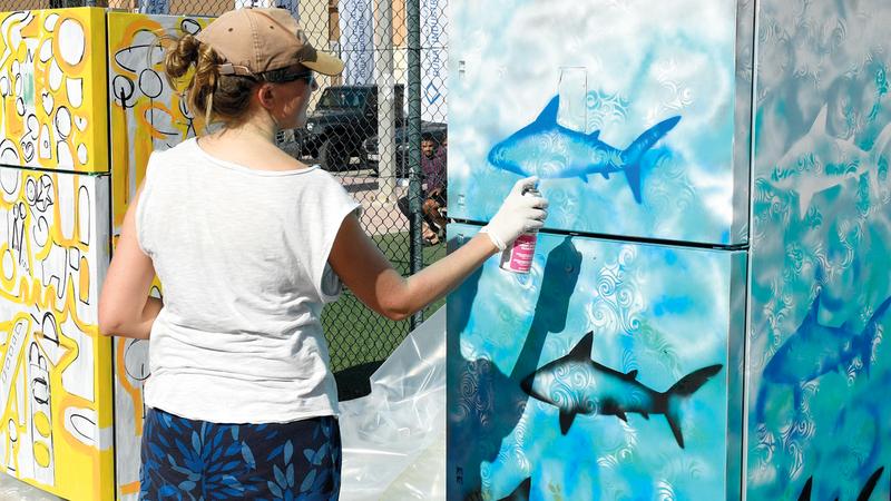 العمال شاركوا الفنانين رسم اللوحات وإضفاء مساحات من الجمال. من المصدر